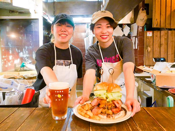スタッフのロッキーさん(左)と、店長の加瀬さん(右)「夜はお酒目的で来る人が多いですよ~」