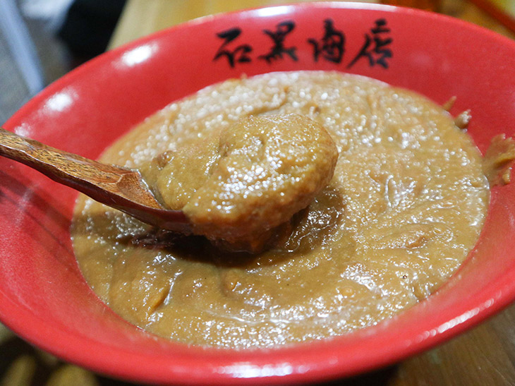 『佐野みそ亀戸本店』の宮澤さんが、数種類の味噌を「濃厚蟹らーめん」だけのためにブレンドしたという、特製味噌