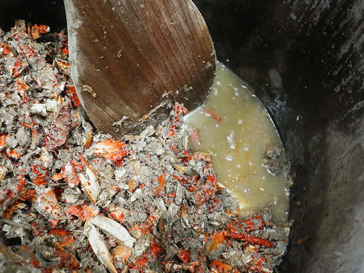 北海道から取り寄せた花咲蟹から出汁をとる