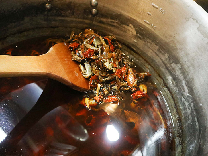 特製の蟹オイル。この香りが食欲をそそります