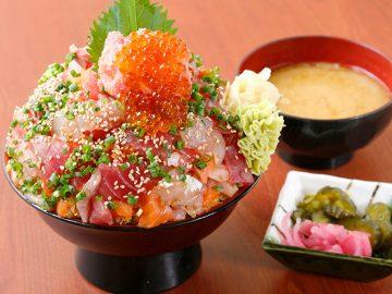 驚異のデカ盛り海鮮丼! 埼玉・桶川『そうま水産』で1kg超えの「悪魔の漁師丼 最凶盛」を食べてきた