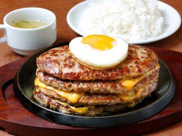 肉汁したたるハンバーグが4層! 新宿『鉄板王国』で「チャレンジハンバーグ4段」に挑戦してきた