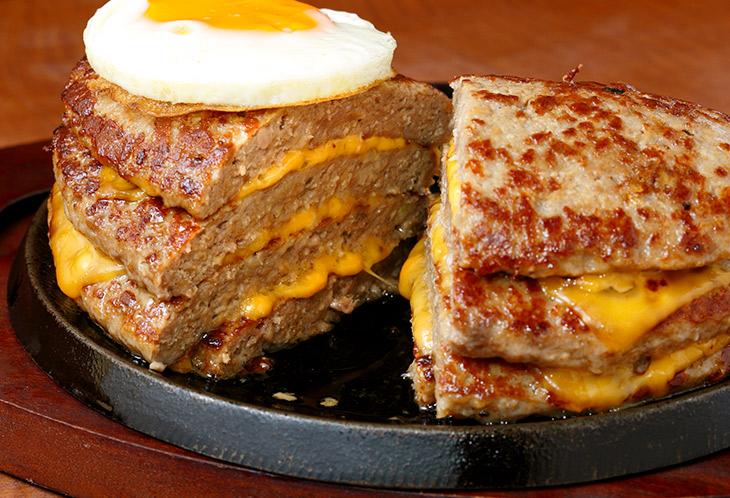 ハンバーグとハンバーグの間にチェダーチーズ。熱でトロトロ。さらに旨さをアップさせている