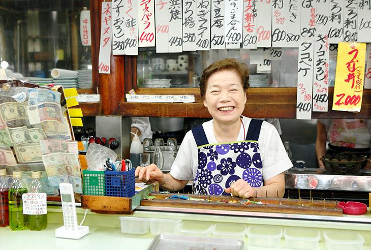 女将さんの石渡宏子さん「50年以上ここで立って商売していますよ」