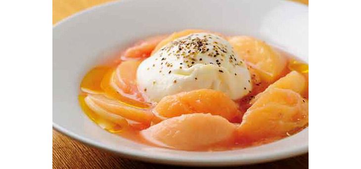 「モッツアレラ ブッラータと桃」2376円は、季節によってフルーツが変化
