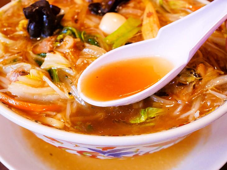 スープは豚骨・丸鶏でとったダシに醤油ダレ。スープは塩気、あんかけは甘味を感じる、絶妙のバランス