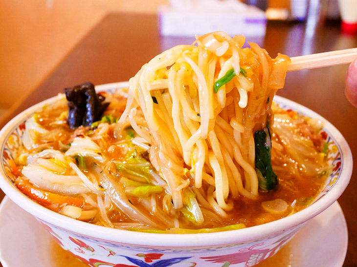 もちろん麺もどっさり。食べ応えのある太麺。引っ張り出すと湯気がブワ~っと中から出てくる