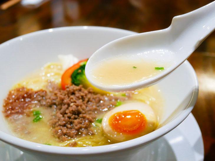 乳白色の美しいスープ。レンゲですくうと、牛骨の香りが食欲をそそる