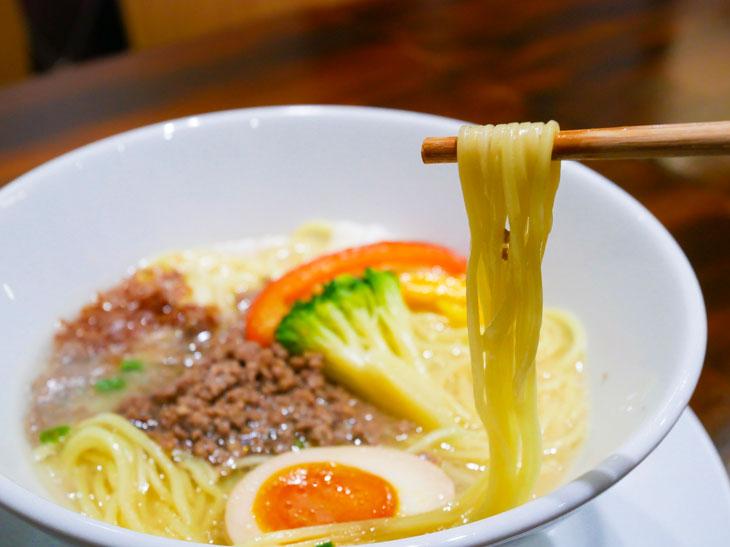 ストレート麺が、程よくスープと絡み珠玉の一杯に