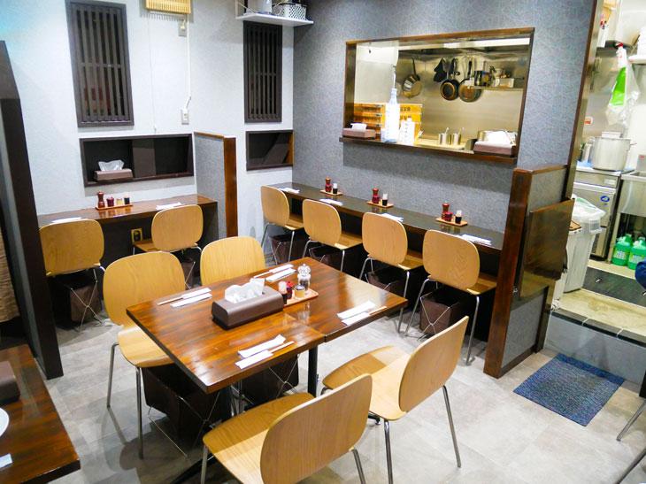 カウンター8席、4名テーブル1卓に2名テーブル1卓の14席