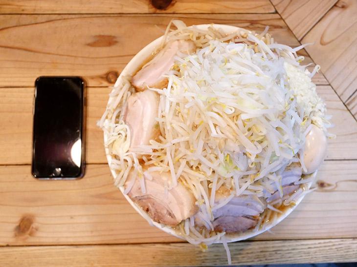 ヤサイ山盛りを頼んだんじゃない。ラーメンです。麺は見えません。縁の分厚いブタも飛び出しそうです