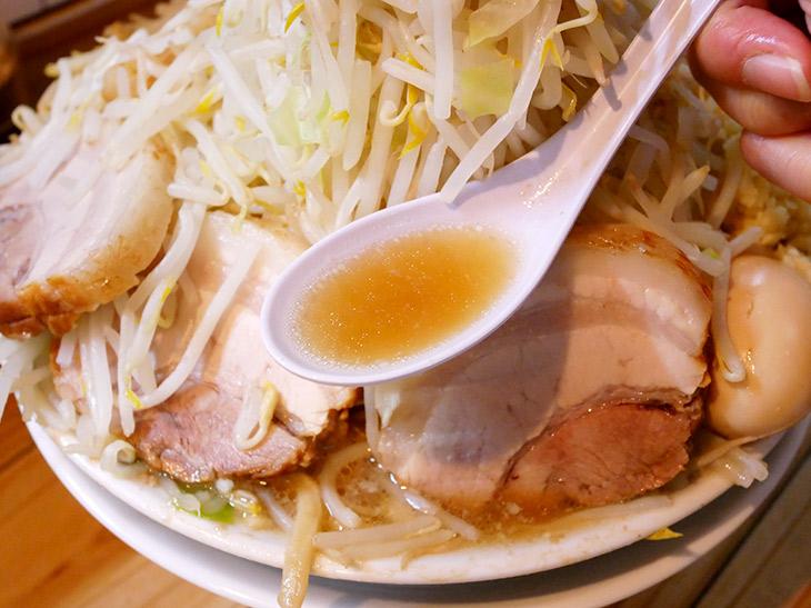 スープは豚骨醤油、仕上げ脂に背脂チャッチャ。やっと会えたよスープ! ヤサイに隠れて見えなかった~