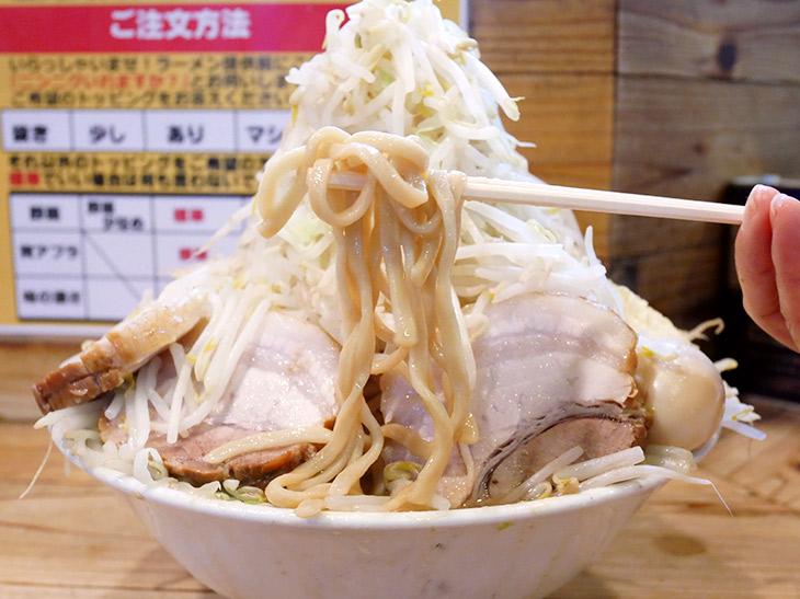 でてきたままの盛りのままで麺を引っ張り出すと山崩壊の危険あり。ヤサイを移してからにしましょう。