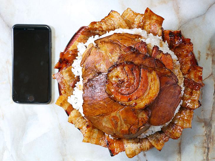 「豚丼 キング盛り」2500円。直径は約20cm。スマホの13cmと比べると、存在感が半端ない!