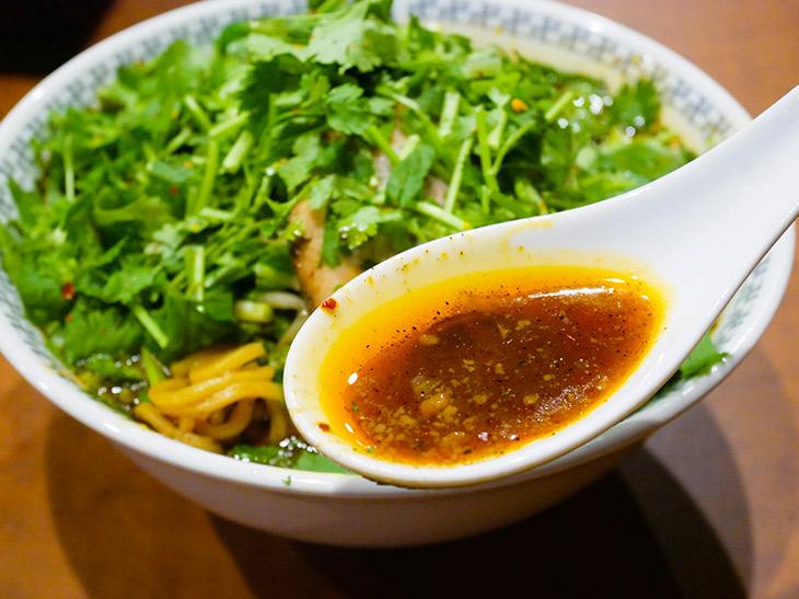 スープだけをすくうとオレンジ色~茶色のグラデーションカラー。辛そうに見えるけれど辛くない!