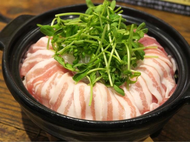 もやしや春雨、豆苗などヘルシーな食材と豚肉を組み合わせた「ダム型クリアアサ火鍋」。こちらも味付けにCookDoを使用している
