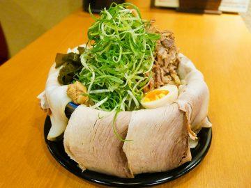 丼のフチ全部チャーシュー! 幡ヶ谷『らーめん たけ虎』で1.3kgの「大判ぜんぶのせ」を食べてきた