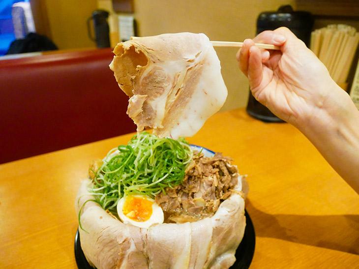 持ち上げてみると1枚がデカイ! 丼を包めるサイズって、こういう事ですね