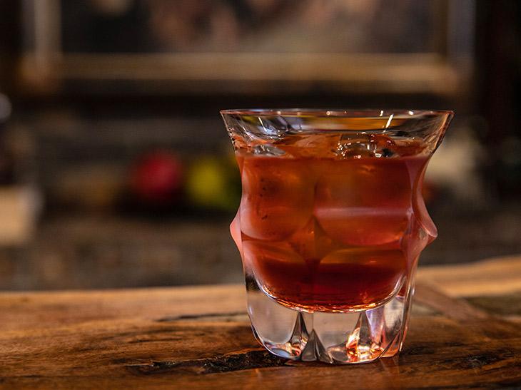 バーに行ったら頼みたい! イタリア生まれの定番カクテル「ネグローニ」ってどんなお酒?
