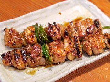 鳥貴族の代名詞ともいえる「もも貴族焼(たれ)」は、もも肉とネギを使った大ぶりな焼き鳥。塩味やスパイス味も選べる