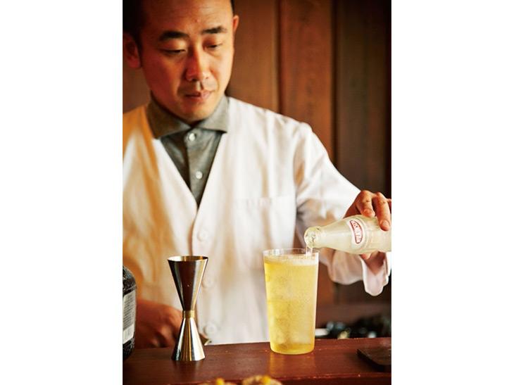 鮮やかな手つきで次々と美味なる一杯を作り出す、酒肆 一村の店主・大野さん