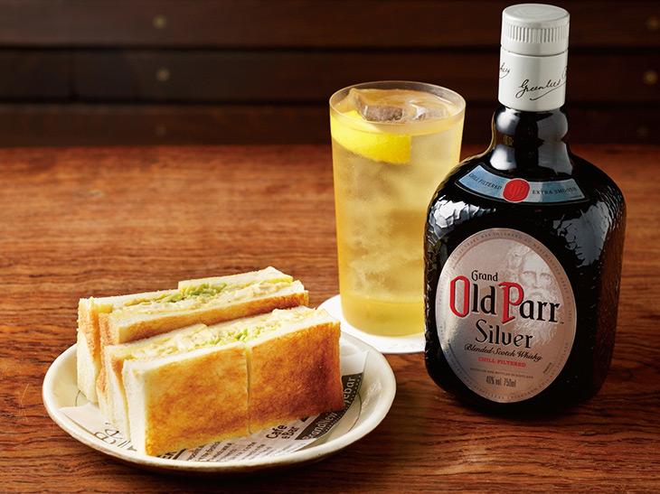 「オールドパー シルバー」のレモンサワー×玉子サンド。玉子サンドには、ウスターソースで和えたキャベツの千切りとふわふわの卵が挟まれています