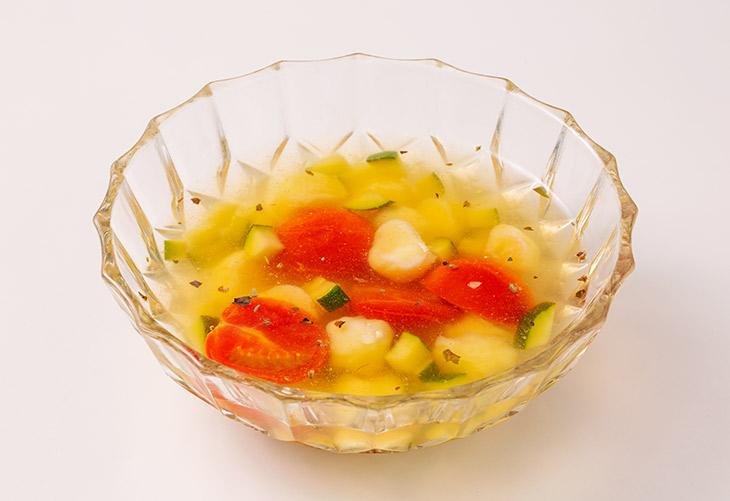 チーズポールとズッキーニの冷製スープ(タピオカ風)