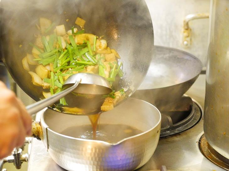 具材となる玉ネギ、豚バラ肉、ニラは、注文後から炒めている
