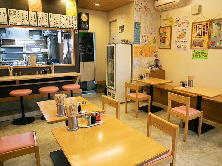 カウンター席とテーブル席がある店内。ご主人の華麗な調理姿を楽しむならカウンター席へ