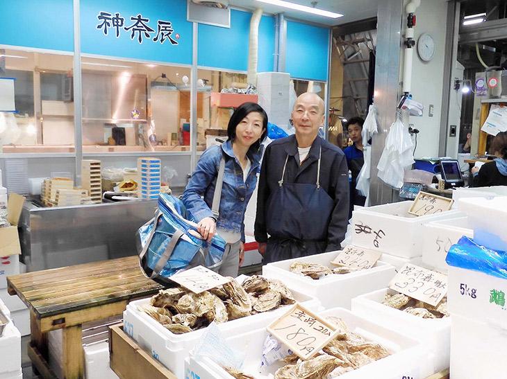 料理家・奥田ここさん(左)と仲卸「神奈辰」社長の粟竹俊夫さん(右)