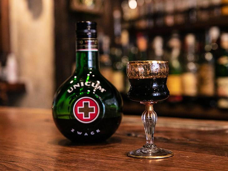 「ウニクム」1200円。1790年って、日本だと11代将軍の家斉の時代。江戸時代からあるお酒か~