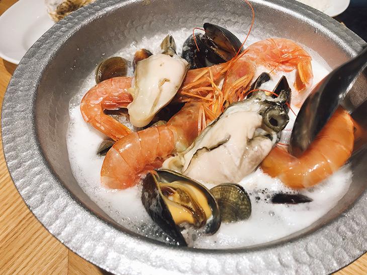 年の瀬は贅沢にシャンパンまみれ! 『ESOLA新宿』で味わえるシャンパン鍋の魅力とは?