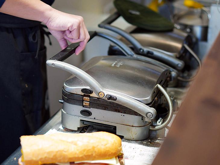「キューバンサンドイッチ」は、両面鉄板の機械でプレスしてバター焼きにするのが特徴