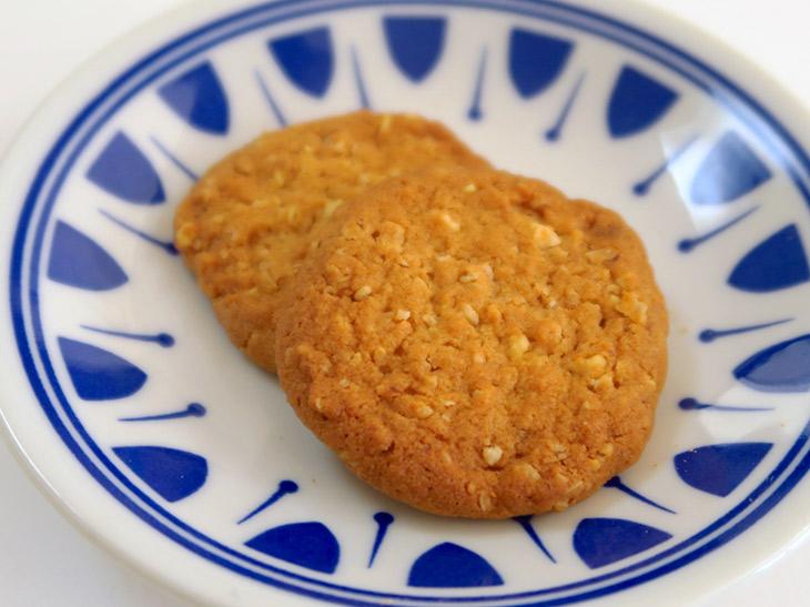 サクサクした軽い食感が特徴。甘さは控えめなので、甘いものが苦手な人でも食べられるはず