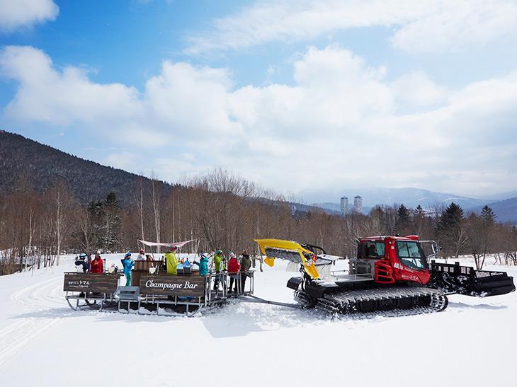 ソリが付いたバーを雪上車で牽引しながら絶景ポイントへ