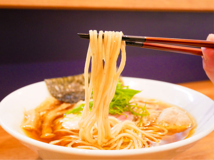 北海道産小麦『春よ恋』の特徴を活かし切るため、日々の気候に合わせて熟成時間等を緻密に調整している自家製麺