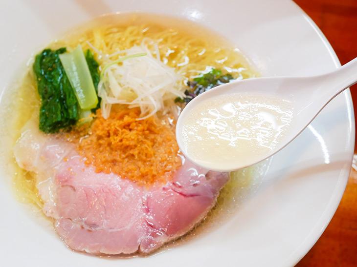 鶏ガラ・ゲンコツ・モミジ等)を手間ひまかけて炊き上げた清湯出汁をベースに、ホタテ&チーズの旨味をクロスオーバー