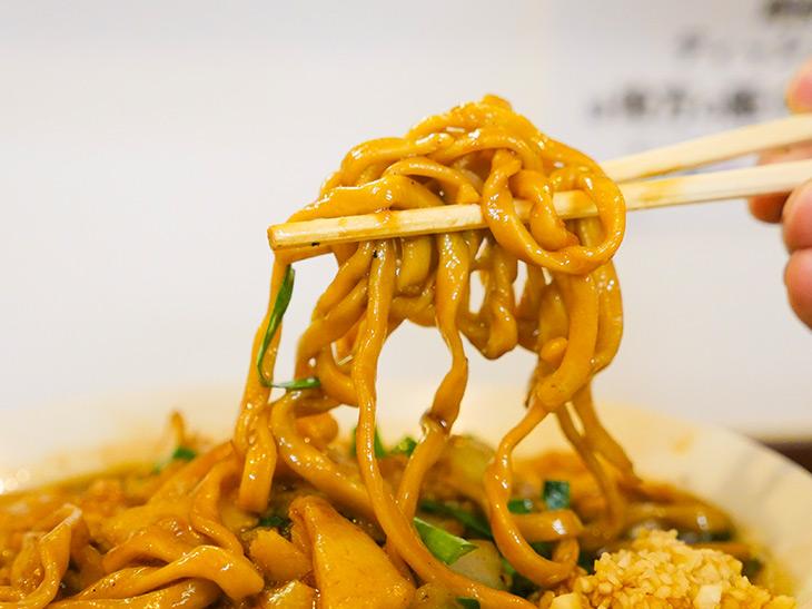 麺は福島県のご当地麺「白河ラーメン」の麺に用いる小麦と「二郎系」ラーメンご用達の小麦「オーション」をブレンドし、硬めに茹で上げた極太麺