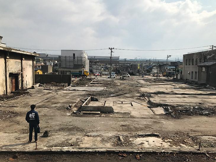 蔵の跡地に立つ加賀の井酒造の小林大祐代表(2017年)
