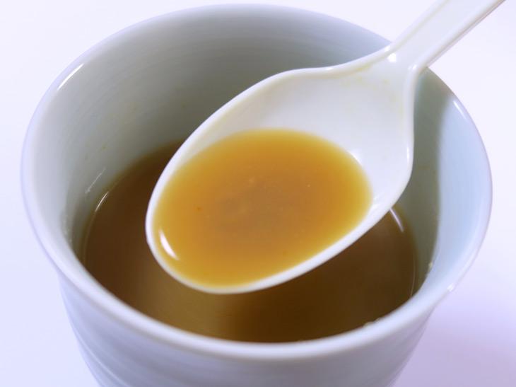 スープの色は濃い目。オイスターソースやごま油の香りを感じる