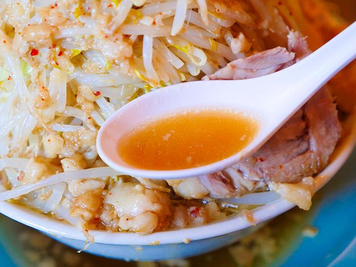 スープはゲンコツ&背ガラに醤油だれ。透明感があります