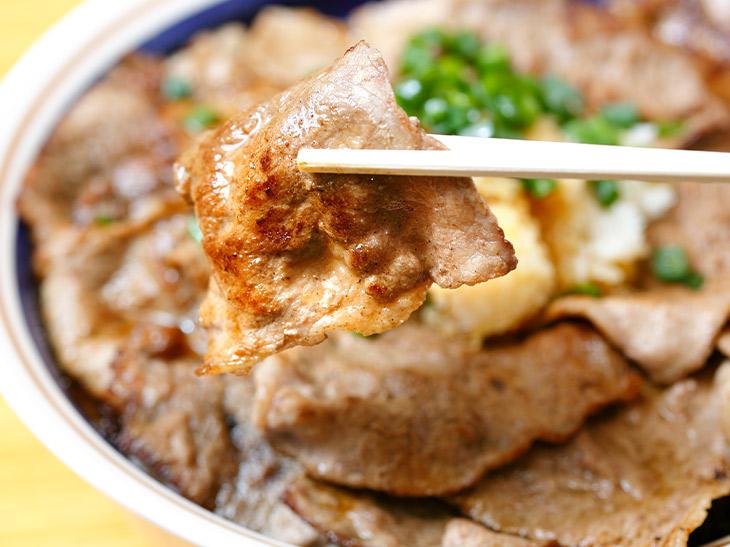 ペラペラじゃない。程よい厚さのある牛モモ肉。おろしポン酢ダレでスッキリ味