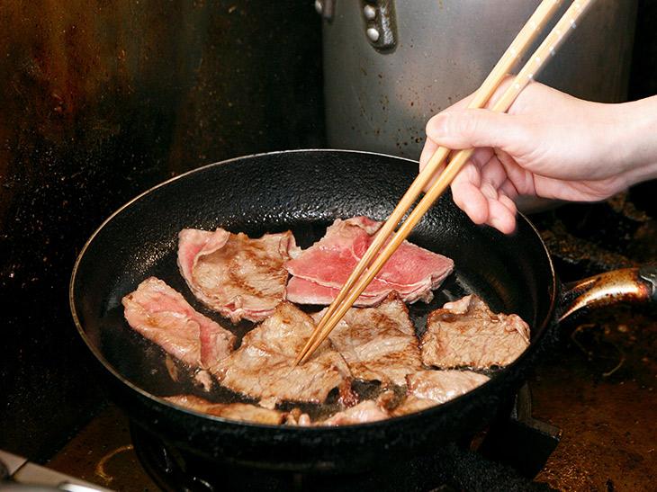 焼きたての牛モモ肉をホカホカのゴハンに。肉があたたかいうちに食べ切りたい!