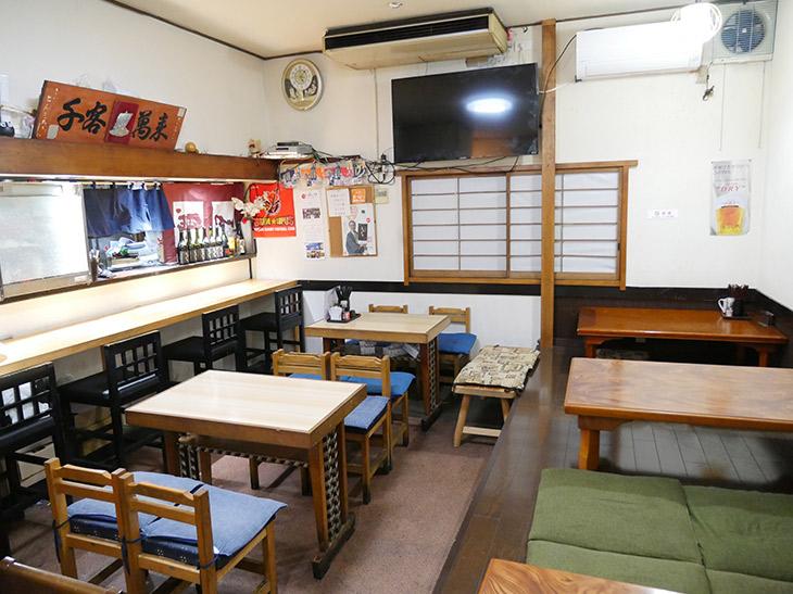 店内はカウンター、テーブル、小上がりの座敷席になっている
