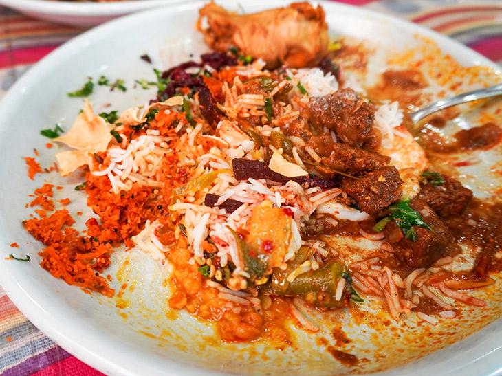 混ぜるのは下品とか言ってる場合じゃありません。スリランカカレーは混ぜつつ食べるのが流儀。カレーや副菜が混じり合うほどに美味しくなり、テンションが上がります