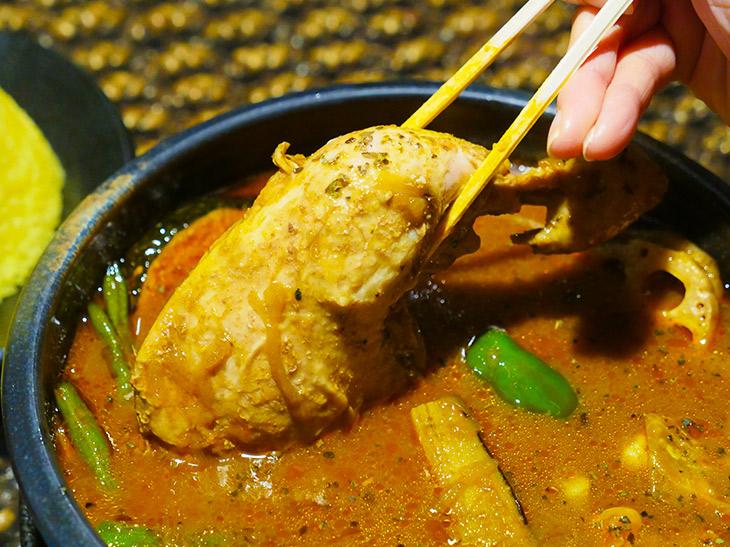 ホロッホロの鶏モモ肉。箸で持ち上げるには重い! 食べ応え充分のサイズ