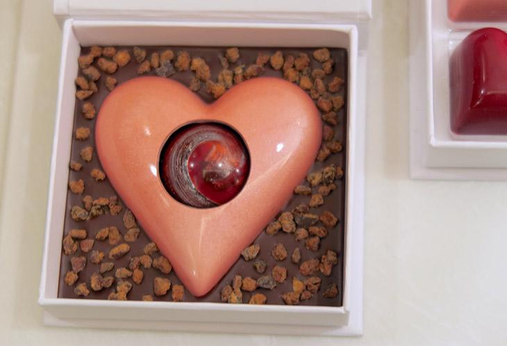 「ビッグハートチョコ」(1個1674円)は、ハート型のダークチョコレートの中に、ラズベリー味のキャラメルドームが閉じ込められている
