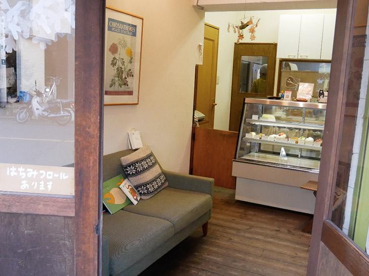 木目の優しい雰囲気が漂う店内。ソファも置かれ、テイクアウトの待ち時間にくつろげる