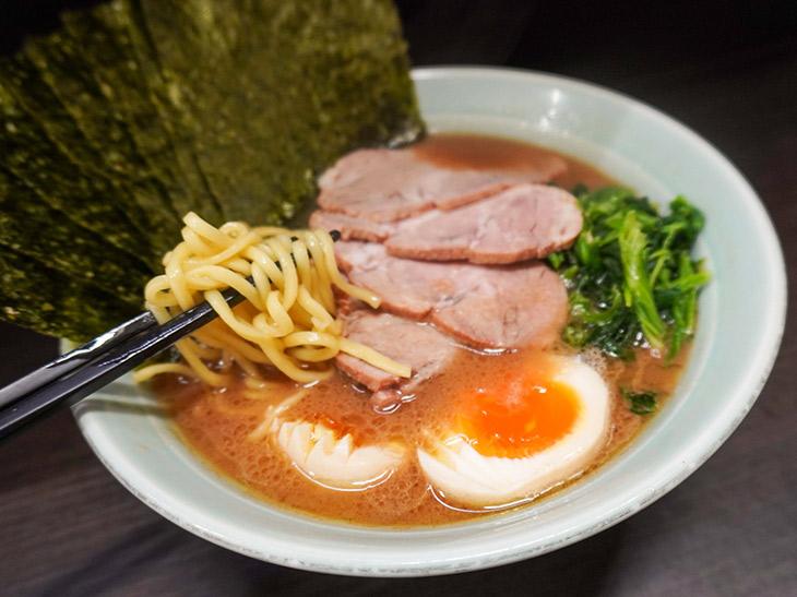 麺は「酒井製麺」の中太麺を使用
