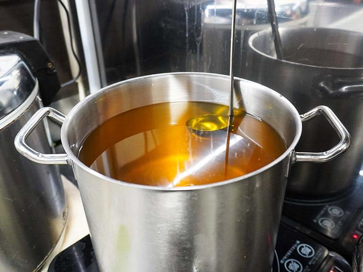 黄金色の鶏油は、その日の分だけ作る。水で煮出す鶏油より手間暇がかかる